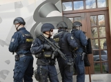 Namol opilý muž demoloval byt a vyhrožoval všem zabitím, zranil i zasahujícího policistu