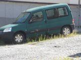 Za chvíli bude majitel vozu potřebovat k odjezdu i srp. ()