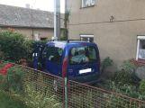 V Obořišti vlítlo auto do předzahrádky (1)