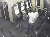 Policisté hledají útočníka, přepadl obsluhu v herně (4)