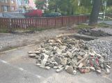Osamělý hrdina: Včera odpoledne na cyklostezce pracoval jediný dělník (1)