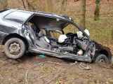 Právě teď: Po nárazu do stromu zůstala řidička uvězněna ve vozidle, v místě přistává záchranářský vrtulník (9)