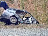 Právě teď: Po nárazu do stromu zůstala řidička uvězněna ve vozidle, v místě přistává záchranářský vrtulník (1)