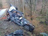 Právě teď: Po nárazu do stromu zůstala řidička uvězněna ve vozidle, v místě přistává záchranářský vrtulník (10)