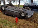 Právě teď: Na namrzlé vozovce skončil osobní vůz na střeše (1)