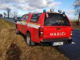 Právě teď: Na namrzlé vozovce skončil osobní vůz na střeše (2)