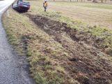 Právě teď: Na namrzlé vozovce skončil osobní vůz na střeše (3)