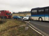 Došlo ke střetu autobusu a osobního auta, na místě se tvoří kolony (3)