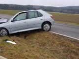 Peugeot přerazil sloup a skončil v příkopu (7)