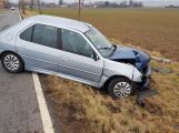 Peugeot přerazil sloup a skončil v příkopu (5)