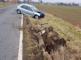 Peugeot přerazil sloup a skončil v příkopu (4)