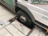 Několikatunový náklaďák se propadl do kanálu, vyprostili ho příbramští hasiči ()