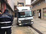 Několikatunový náklaďák se propadl do kanálu, vyprostili ho příbramští hasiči (9)