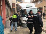 Několikatunový náklaďák se propadl do kanálu, vyprostili ho příbramští hasiči (6)