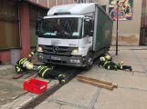 Několikatunový náklaďák se propadl do kanálu, vyprostili ho příbramští hasiči (5)