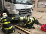 Několikatunový náklaďák se propadl do kanálu, vyprostili ho příbramští hasiči (4)