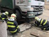 Několikatunový náklaďák se propadl do kanálu, vyprostili ho příbramští hasiči (3)