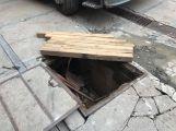 Několikatunový náklaďák se propadl do kanálu, vyprostili ho příbramští hasiči (2)