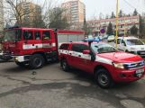 Několikatunový náklaďák se propadl do kanálu, vyprostili ho příbramští hasiči (1)