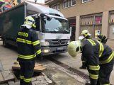 Několikatunový náklaďák se propadl do kanálu, vyprostili ho příbramští hasiči (10)