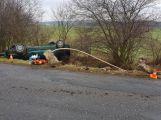 Právě teď: Auto na střeše v příkopu, cestou prorazilo zábradlí a betonové sloupky (3)
