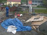 Osamělý hrdina: Včera odpoledne na cyklostezce pracoval jediný dělník (3)