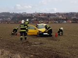Po vážné dopravní nehodě vyprošťují hasiči zraněnou osobu, na místo je povolán vrtulník ()