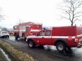 Po vážné dopravní nehodě vyprošťují hasiči zraněnou osobu, na místo je povolán vrtulník (10)