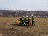 Po vážné dopravní nehodě vyprošťují hasiči zraněnou osobu, na místo je povolán vrtulník (5)