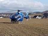 Po vážné dopravní nehodě vyprošťují hasiči zraněnou osobu, na místo je povolán vrtulník (4)