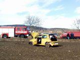 Po vážné dopravní nehodě vyprošťují hasiči zraněnou osobu, na místo je povolán vrtulník (3)