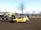 Po vážné dopravní nehodě vyprošťují hasiči zraněnou osobu, na místo je povolán vrtulník (2)