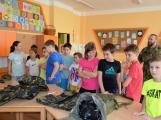 V základní škole ve Školní ulici dnes zasahovala Městská policie Příbram, hasiči, zdravotníci i armáda. Naštěstí jen preventivně ve spolupráci s dětmi (9)