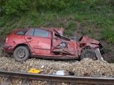 Aktuálně: Na železničním přejezdu vjelo vozidlo pod projíždějící vlak, v místě přistává vrtulník ()