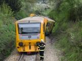 Aktuálně: Na železničním přejezdu vjelo vozidlo pod projíždějící vlak, v místě přistává vrtulník (3)