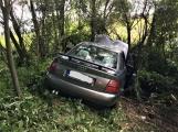 Právě teď: Osobní vůz vyletěl ze silnice, v místě zasahují záchranné složky IZS (8)