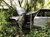 Právě teď: Osobní vůz vyletěl ze silnice, v místě zasahují záchranné složky IZS (6)