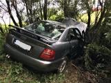 Právě teď: Osobní vůz vyletěl ze silnice, v místě zasahují záchranné složky IZS (4)