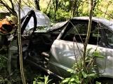 Právě teď: Osobní vůz vyletěl ze silnice, v místě zasahují záchranné složky IZS (2)