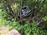 Právě teď: Osobní vůz vyletěl ze silnice, v místě zasahují záchranné složky IZS (9)