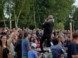 Stovky fanoušků si užily pořádnou porci skvělé muziky i ohňovou show (90)