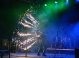 Stovky fanoušků si užily pořádnou porci skvělé muziky i ohňovou show (39)