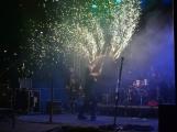 Stovky fanoušků si užily pořádnou porci skvělé muziky i ohňovou show (40)