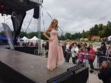 Co uchvátilo diváky více? Módní oblečení nebo sličné ženy? Podvečerní program Family Festu nabídl přehlídku krásy (15)