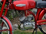 Za vůní benzínu, kůže, leskem chromu a duněním motoru se skrývá magická 90 (77)