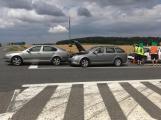 Hromadná kolize tří vozidel omezuje průjezd křižovatkou Lety ()