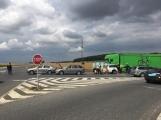 Hromadná kolize tří vozidel omezuje průjezd křižovatkou Lety (3)