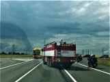 Hromadná kolize tří vozidel omezuje průjezd křižovatkou Lety (8)