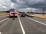 Hromadná kolize tří vozidel omezuje průjezd křižovatkou Lety (7)