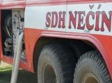 Přijít fandit na hasičskou soutěž se opravdu vyplatí, důvod je prostý. Mezi hasiči se pohybuje i spousta vnadných hasiček (25)